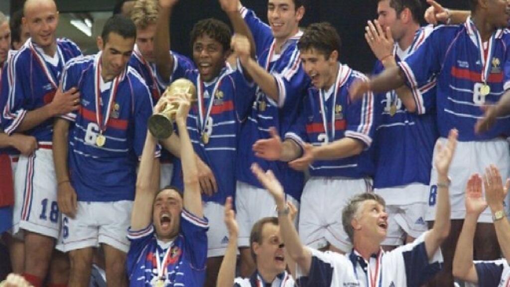 فرحة لاعبي منتخب فرنسا بالفوز بكأس العالم في مونديال 1998