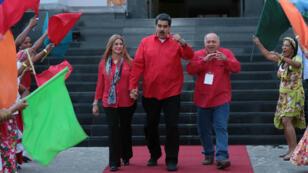 Foto puesta a disposición por la Oficina de Prensa de Miraflores muestra al presidente venezolano, Nicolás Maduro junto con su esposa, la primera dama Cilia Flores, y el presidente de la Asamblea Nacional Constituyente, Diosdado Cabello, durante el IV Congreso del Partido Socialista Unido de Venezuela, en Caracas, Venezuela, el 28 de julio de 2918.