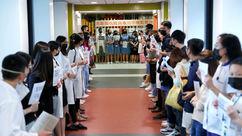 EL personal médico del hospital Queen Mary participa de una cadena humana para protestar contra la brutalidad policial en Hong Kong, el 2 de septiembre de 2019.