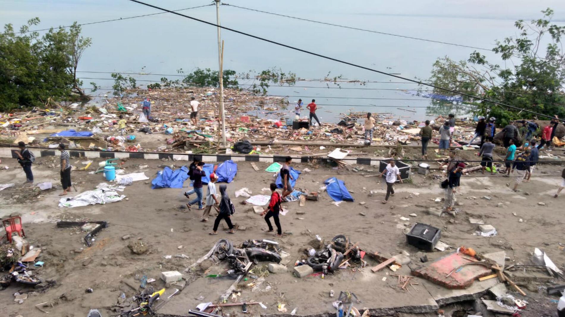 Un système d'alarme, mis en place après le terrible tsunami de 2004 qui avait fait 13 000 victimes dans 13 pays, ne s'est pas déclenché. L'institut météorologique et de géophysique indonésien, le BMKG, a lancé une alerte au tsunami et l'a levée 34 minutes plus tard. Beaucoup le lui reprochent, alors que les autorités assurent que les vagues ont déferlé avant la levée de l'alerte.