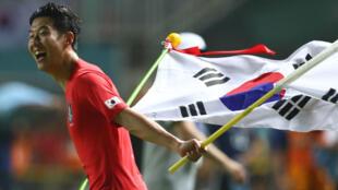 El surcoreano Heung-Min Son celebra el oro que lo libra del servicio militar obligatorio.