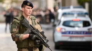"""أحد جنود عملية """"سانتينيل"""" لمكافحة الإرهاب بالعاصمة باريس"""