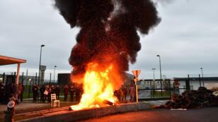 Des surveillants de prison ont fait brûler des pneus devant la prison de Condé-sur-Sarthe, le 6 mars 2019.