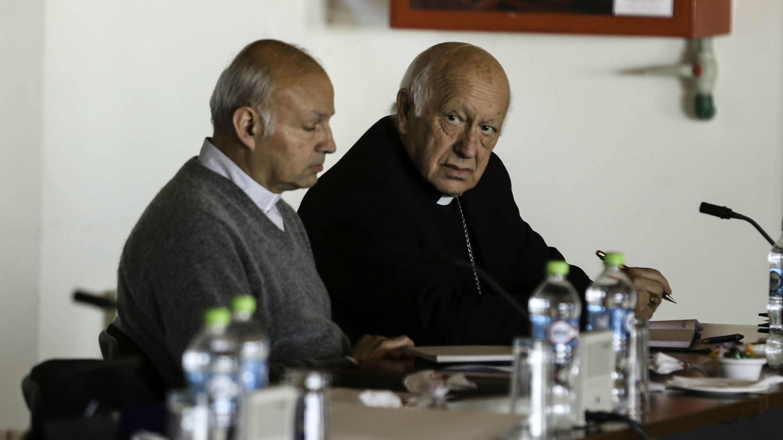 El arzobispo de la arquidiócesis de la ciudad de Antofagasta, Ignacio Ducasse Medina (izq.), y el arzobispo de Santiago, el cardenal Ricardo Ezzati (der.), participan en la Asamblea Extraordinaria de la Conferencia Episcopal de Chile.  30 de julio de 2018, Punta de Tralca, Chile.