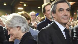 رئيس الوزراء الفرنسي السابق والمرشح اليميني للرئاسة فرانسوا فيون وزوجته بينيلوب