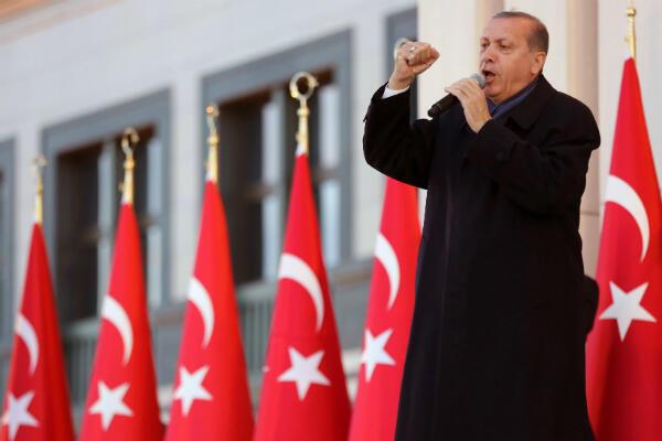"""Recep Tayyip Erdogan face à ses partisans, le 17 avril 2017, après la victoire étriquée du """"oui"""" au référendum conférant davantage de pouvoirs au président"""