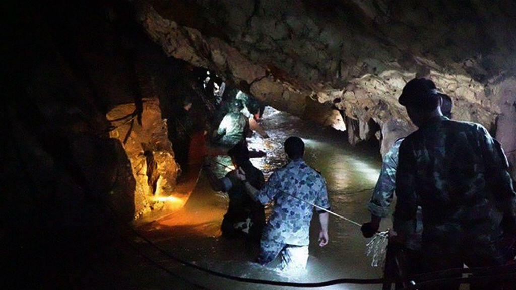 Miembros de los equipos de rescate al interior de la cueva en la que desaparecieron 12 menores y un entrenador en Tailandia el 30 de junio de 2018.