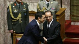 Le Premier ministre grec Alexis Tsipras salue François Hollande à la suite de son discours devant le Parlement grec le 23 octobre 2015.