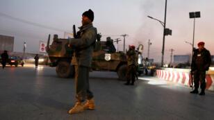 Les forces de sécurité afghanes sur les lieux de l'attentat à Kaboul, le 24 décembre 2018.