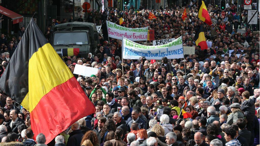 Les habitants de Bruxelles ont défilé en hommage aux victimes des attentats de Bruxelles, le 17 avril 2016.