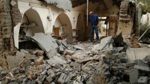 Un palestino entre los escombros de una estructura tras los ataques aéreos israelíes en la ciudad de Gaza el 15 de julio de 2018.
