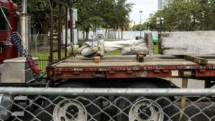 Une statue d'un soldat confédéré est transportée sur un camion après avoir été démontée dans le Lake Eola Park à Orlando, aux États-Unis, en juin 2017.