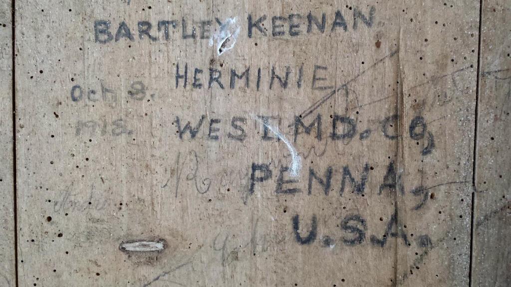 Des signatures de soldats américains découvertes sur une planche de bois, dans une grange du village de Charmoy.
