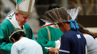 El papa Francisco recibe a líderes de la Amazonía durante una misa de apertura al Sínodo Amazónico el domingo 6 de octubre de 2019 en El Vaticano.