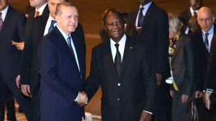 Le président turc Recep Tayyip Erdogan accueilli par son homolgue ivoirien Alassane Ouattara, le 28 février à Abidjan.