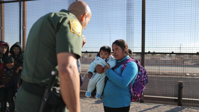 Un grupo de migrantes indocumentados se entregan a la patrulla fronteriza de EE. UU., que los interroga. El Paso, EE. UU., 6 de marzo de 2019.