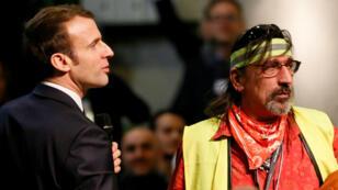 """Le président français Emmanuel Macron en discussion avec un Gilet jaune lors d'une rencontre dans le cadre du """"grand débat"""""""