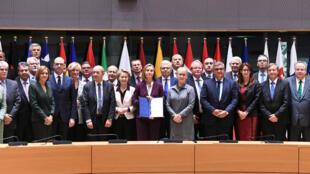 Veinte tres ministros de defensa y de relaciones exteriores de la Unión Europea firmaron un acuerdo de cooperación militar, el lunes 14 de noviembre en Bruselas.