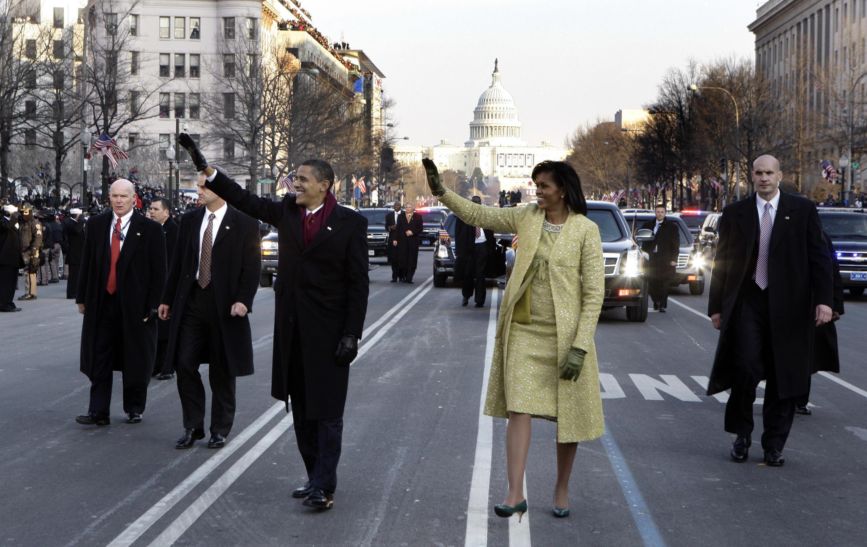 El presidente Barack Obama y la primera dama Michelle Obama en el desfile posterior a la ceremonia de inauguración, el 20 de enero de 2009.