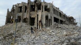 """بقايا البناية التي كان يستخدمها تنظيم """"الدولة الإسلامية"""" في قتل المثليين بالموصل"""