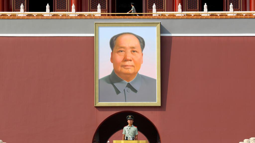 Un oficial de policía del Ejército chino hace guardia frente a un retrato de Mao Zedong en la Puerta de Tiananmen en Beijing, China, el 17 de septiembre de 2019.