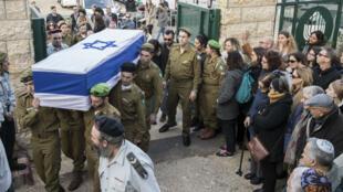Le cercueil d'un des quatre soldats tués lors d'une attaque au camion bélier à Jérusalem, le 9 janvier 2017.