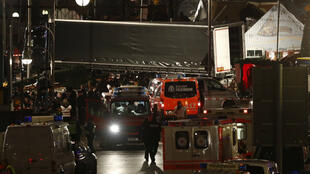 Des ambulances à côté du camion ayant foncé sur la foule sur un marché de Noël à Berlin.