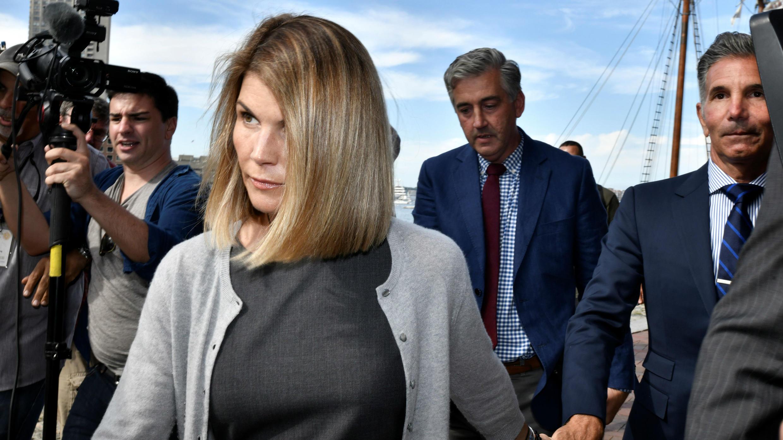La actriz Lori Loughlin y su esposo, el diseñador de modas Mossimo Giannulli, abandonan el tribunal federal después de una audiencia por su participación en una red de sobornos en Boston, Massachusetts, EE. UU., el 27 de agosto de 2019.