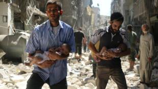 Deux hommes, des nourrissons dans les bras, se fraient un passage dans les débris après une frappe aérienne sur Alep, le 11 septembre 2016.