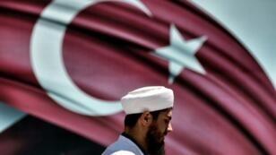 رجل دين يشارك في مظاهرة تأييد لأردوغان في ساراشان بارك في إسطنبول