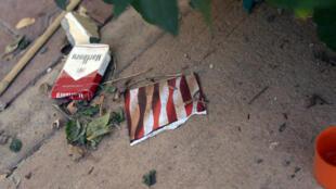Une carte postale et un paquet de cigarettes retrouvés sur les lieux de l'attentat du 11 septembre 2012 contre le consulat américain à Benghazi.