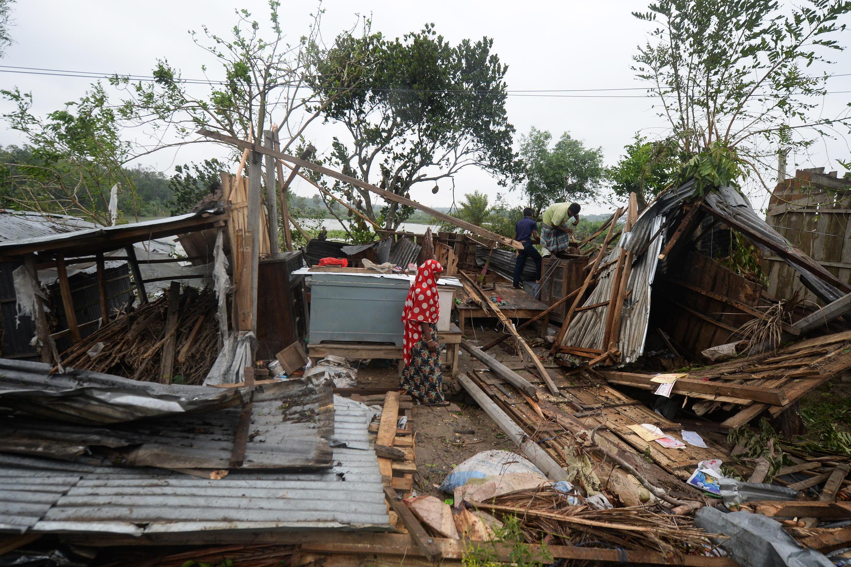 Habitantes buscan restos de sus pertenencias tras el paso del ciclón Amphan en Satkhira (Bangladés), el 21 de mayo de 2020