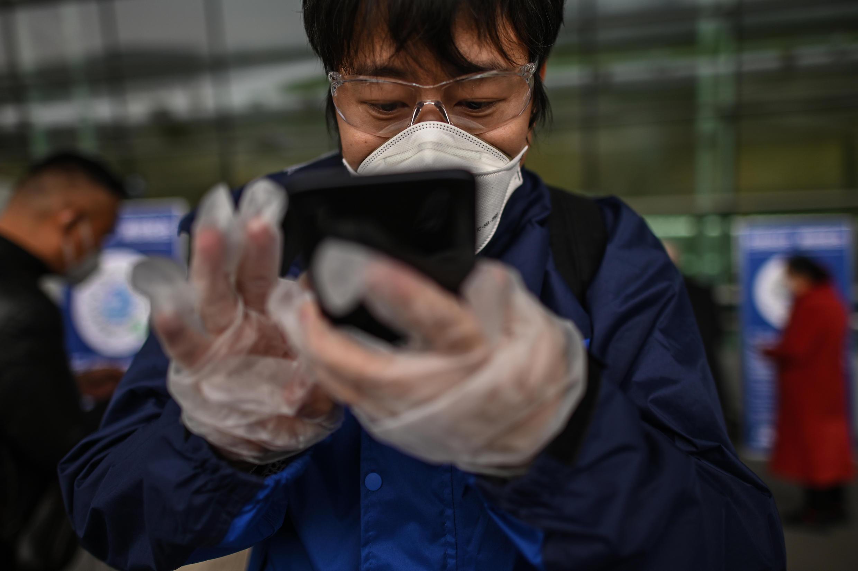 Un pasajero en el acceso al aeropuerto de Tianhe, en Wuhan (China) el 11 de abril de 2020
