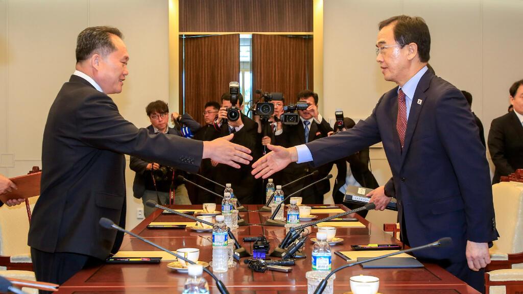 El ministro de unificación de Corea del Sur, Cho Myoung-gyon, estrecha la mano de su homólogo norcoreano, Ri Son Gwon, durante su reunión en la zona fronteriza de Panmunjom. 1 de junio de 2018.