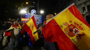 Des électeurs du parti conservateur (PP) fêtant la victoire dans les rues de Madrid, le 20 décembre 2015.