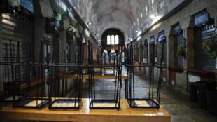 Bares y restaurantes cerrados en un mercado gastronómico del centro de la ciudad gallega de Santiago de Compostela, al noroeste de España, el 27 de enero de 2021