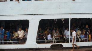 Des passagers embarquent sur un ferry à Yangon le 30 août 2014.