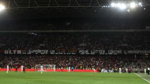 """Une banderole brandie lors du match Nice-Marseille sur laquelle il est inscrit """"OM : supporter un club LGBT pour lutter l'homophobie""""."""