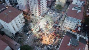 Los cuerpos de rescate trabajando en medio de los escombros que dejó el colapso de un edificio residencial en el barrio de Kartal en la metrópolis turca de Estambul.