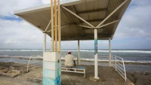 Un homme guête l'horizon en Guadeloupe, le 13 septembre 2018, alors que la tempête Isaac approche.