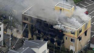 Una vista aérea muestra a los bomberos combatiendo un incendio en el edificio donde un hombre inició un incendio luego de rociar un líquido en un estudio de tres pisos de Kyoto Animation Co. en Kyoto, al oeste de Japón, el 18 de julio de 2019.