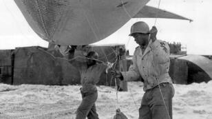 Des soldats du 320e régiment de ballons de barrage, Utah Beach en 1944