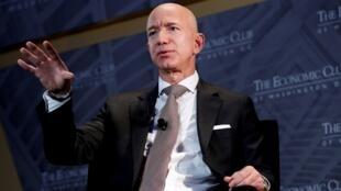 """Jeff Bezos, presidente y director ejecutivo de Amazon y propietario de The Washington Post, habla en la """"Cena de celebración de hitos"""" del Economic Club of Washington DC en Washington, EE. UU., el 13 de septiembre de 2018."""
