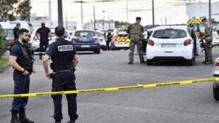 قوات أمنية في مكان حادث الطعن في فيلوربان قرب ليون وسط شرق فرنسا. 31 أغسطس/آب 2019.