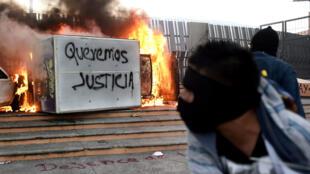 Des étudiants de l'école normale Ayotzinapa manifestent à Chilpancingo, dans l'État de Guerrero, pour réclamer justice, le 8 novembre 2014.