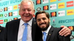 L'Anglais Bill Beaumont (g), réélu samedi président de World Rugby, et l'Argentin Agustin Pichot, alors son vice-président et son concurrent cette année pour la présidence de l'instance mondiale, lors du tirage au sort du Mondial-2019 le 10 mai 2017  à Kyoto