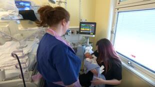 Sherrie Sharp acompañada de su bebé Jaxson, después de haber sido sometido a una cirugía fetoscópica tras sufrir de espina bífida, en Londres, Inglaterra, el 17 de mayo de 2019.