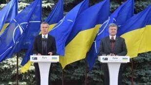 Le secrétaire général de l'Otan Jens Stoltenberg et le président ukrainien Petro Porochenko, le 10 juillet 2017, lors d'une conférence de presse à Kiev.