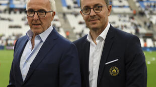 Le propriétaire américain de l'Olympique de Marseille, Frank McCourt (g), en compagnie du président de l'OM, Jacques-Henri Eyraud, avant un match de Ligue 1 face à Montpellier, au Vélodrome, le 24 mai 2019