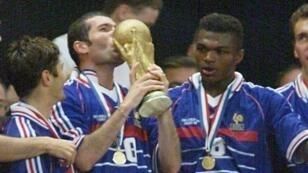 زين الدين زيدان يقبل كأس العالم بعد فوز فرنسا في مونديال 1998.